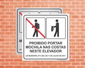 Placa para Elevador Proibido portar mochila nas costas neste elevador - Lei Municipal Nº 5.292 (Cod: EL07)    Adesivo vinil impressão digital Corte Reto